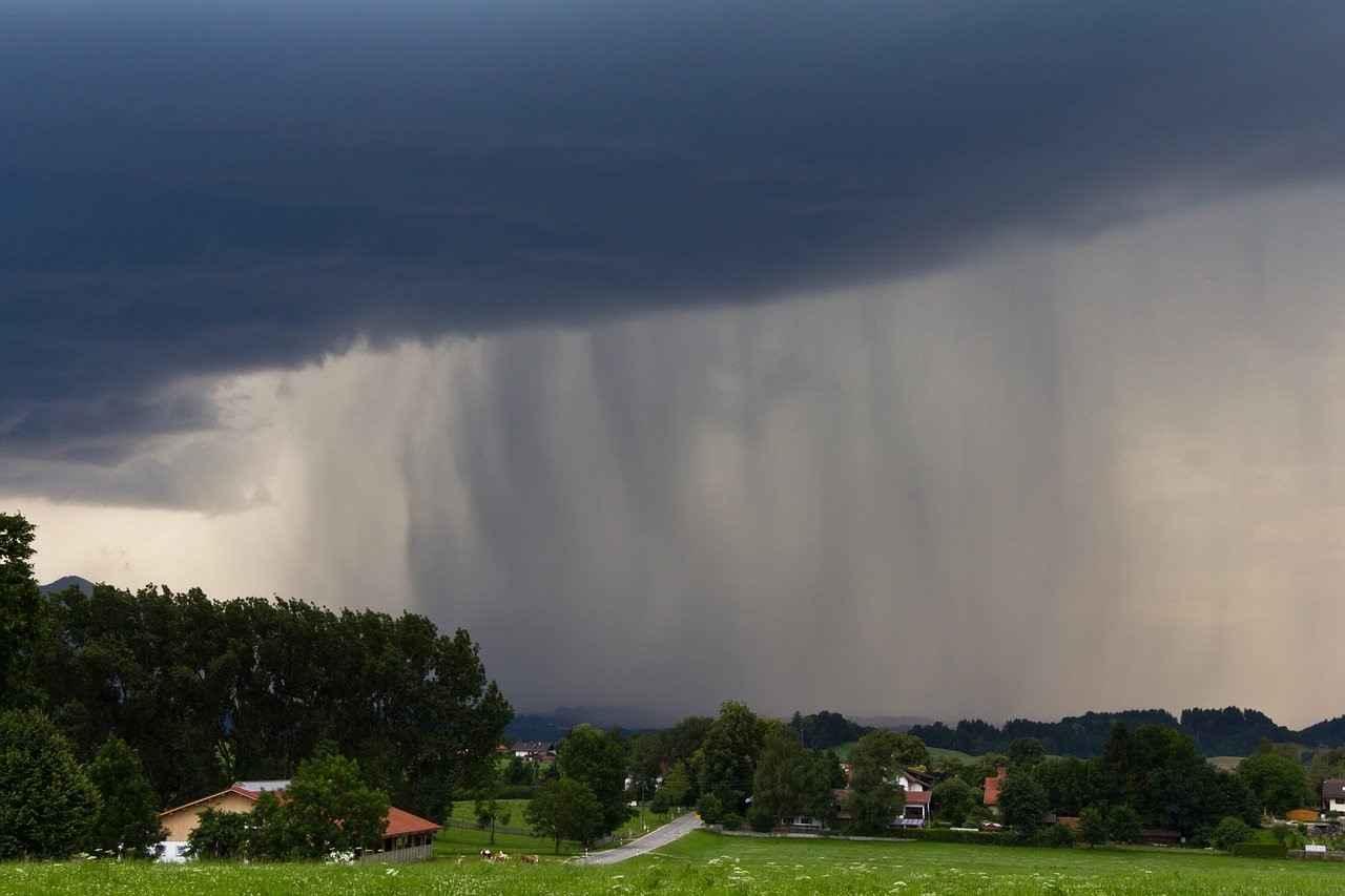 averses sous un nuage d'orage